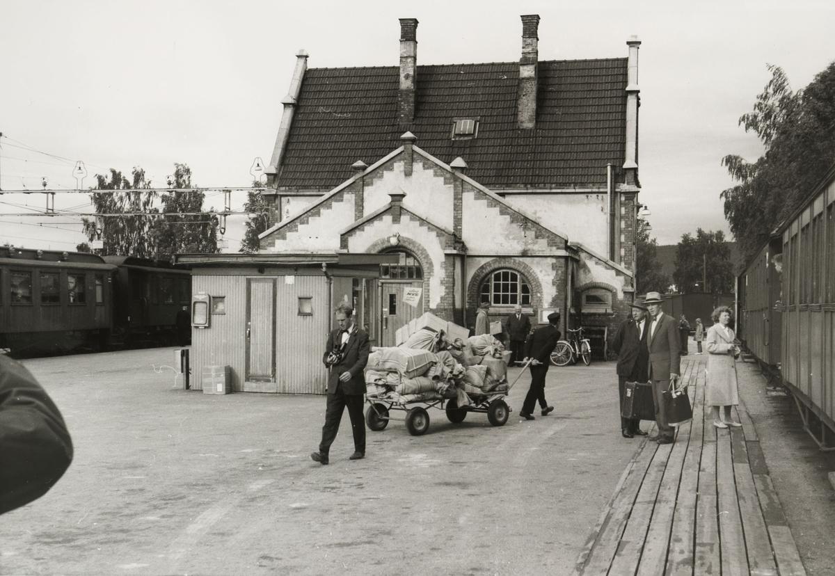 Togbytte på Sørumsand. Dagens post fra Oslo til UHB-stasjonene er lastet på tralla.