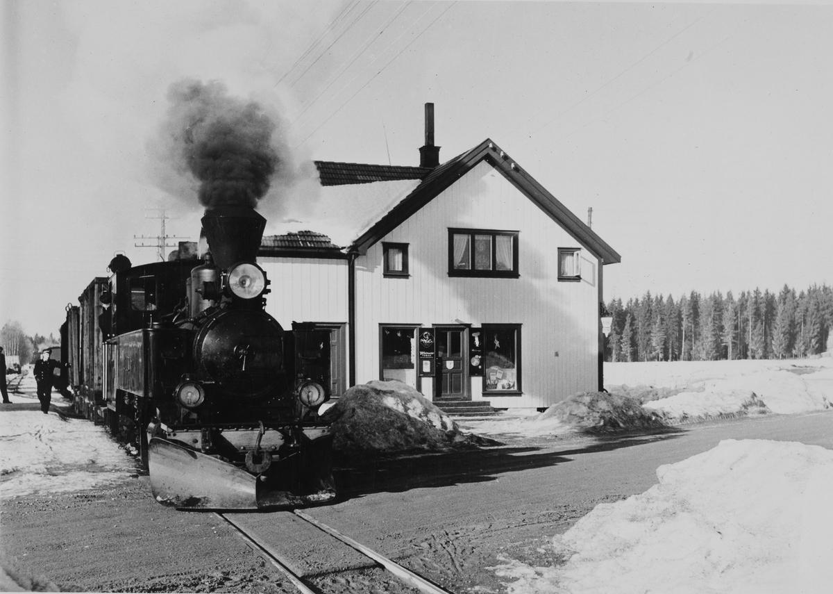 Skifting på Finstadbru stasjon. Landhandleriet holdt til i bygningen til høyre.