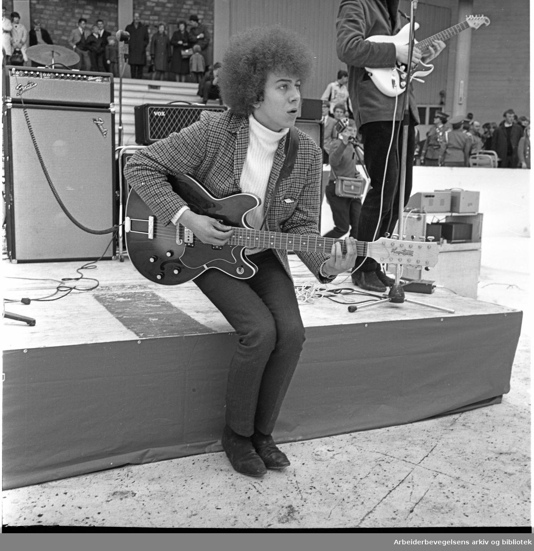 1. mai 1966, Ottar Aasegg og The Pussycats underholder på framfylkingens arrangement på Jordal Amfi, Galgeberg.