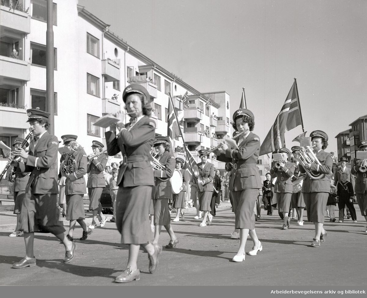 Barnetoget med Bjølsen Jentekorps masjerer fra Sagene kirke til Voldsløkka, fotografert fra Uelandsgate og oppover Mogata,.17. mai 1952.
