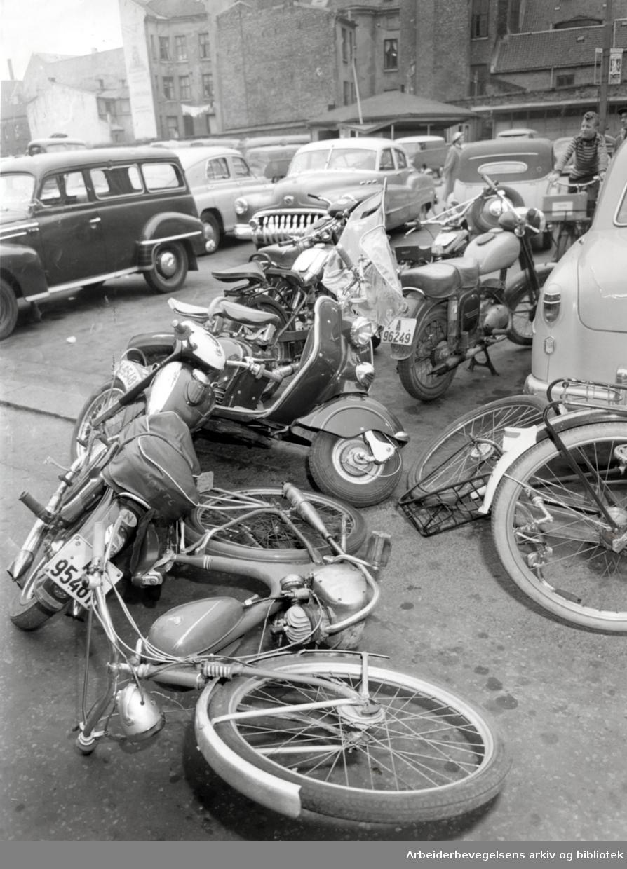 """Opptøyer ved visning av filmen """"Vend den ikke ryggen"""" - .Ungdom har satt fra seg sykler, mopeder, scooter og motorsykler utenfor Sentrum kino,.20. september 1956"""