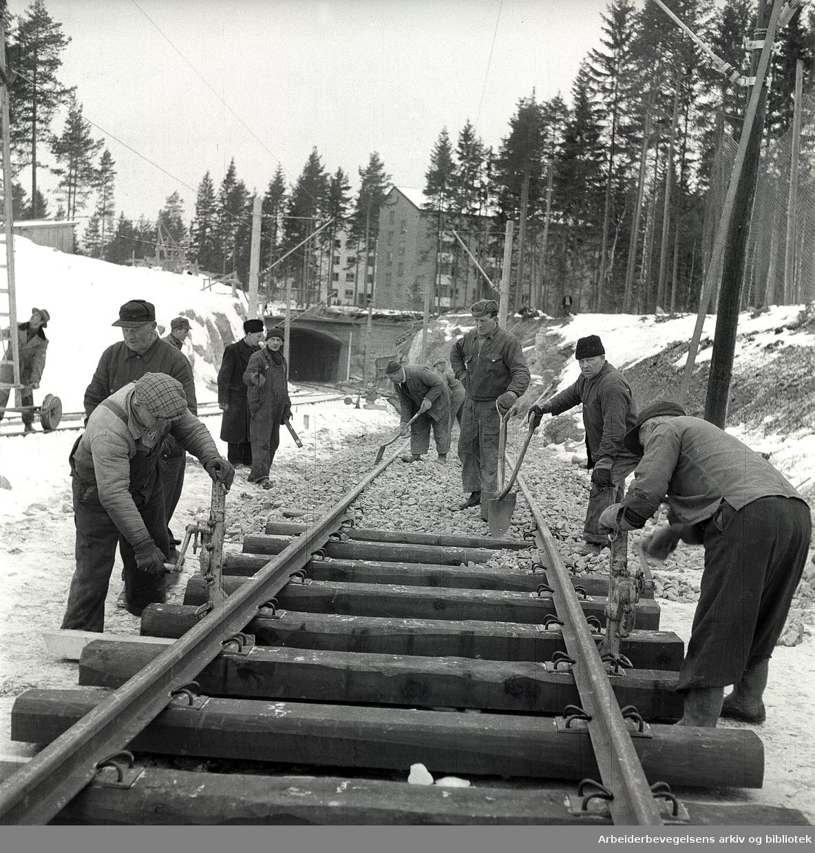 Siste skinne på Lambertseterbanen legges ved Bergkrystallen,.mars 1957.