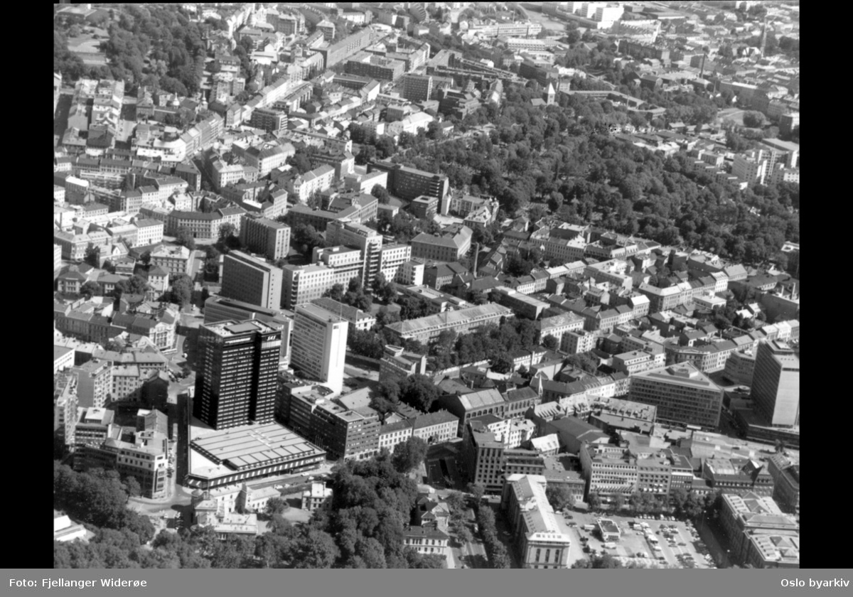 Etnologisk og historisk museum i forgrunnen, SAS-hotellet, Gamle Aker kirke til høyre, St. Hanshaugen øverst til venstre (Flyfoto)