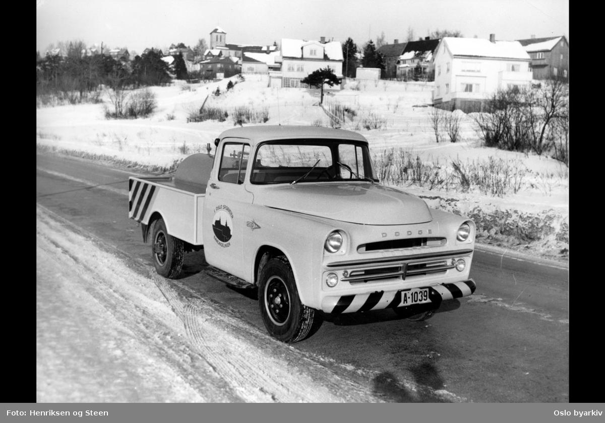Varebil1957 Dodge D-200 fra baneavdelingen til Oslo Sporveier, på Rolf Wickstrøms vei (Store Ringvei). Villabebyggelse, Grefsen kirke i bakgrunnen