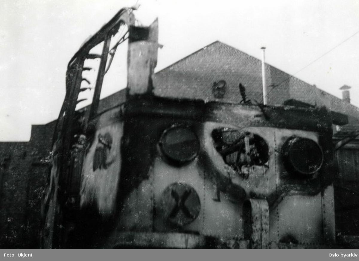Utbrent sporvogn ved vognhall. Bildet er tatt foran verkstedet til Bærumsbanen på Avløs i oktober 1949.