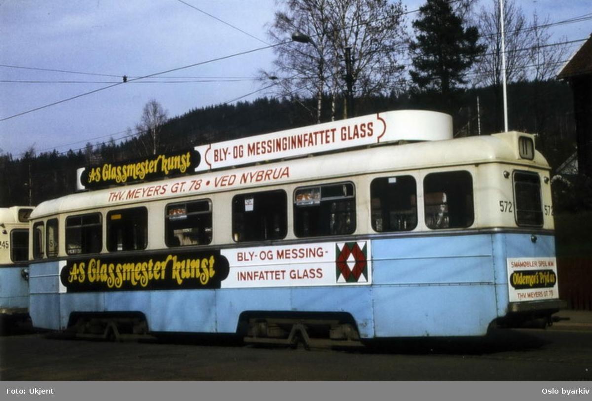 Høkatrikk 572, linje 11 til Kjelsås. Reklame for AS Glassmester kunst.