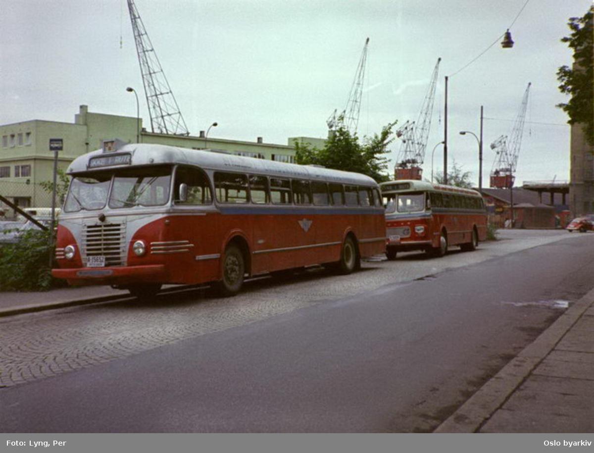 Buss, Oslo og Follo Busstrafikk, OFB buss A-15652 ved Børsen, annen buss med samme farger parkert bak. Her i Strandgata.