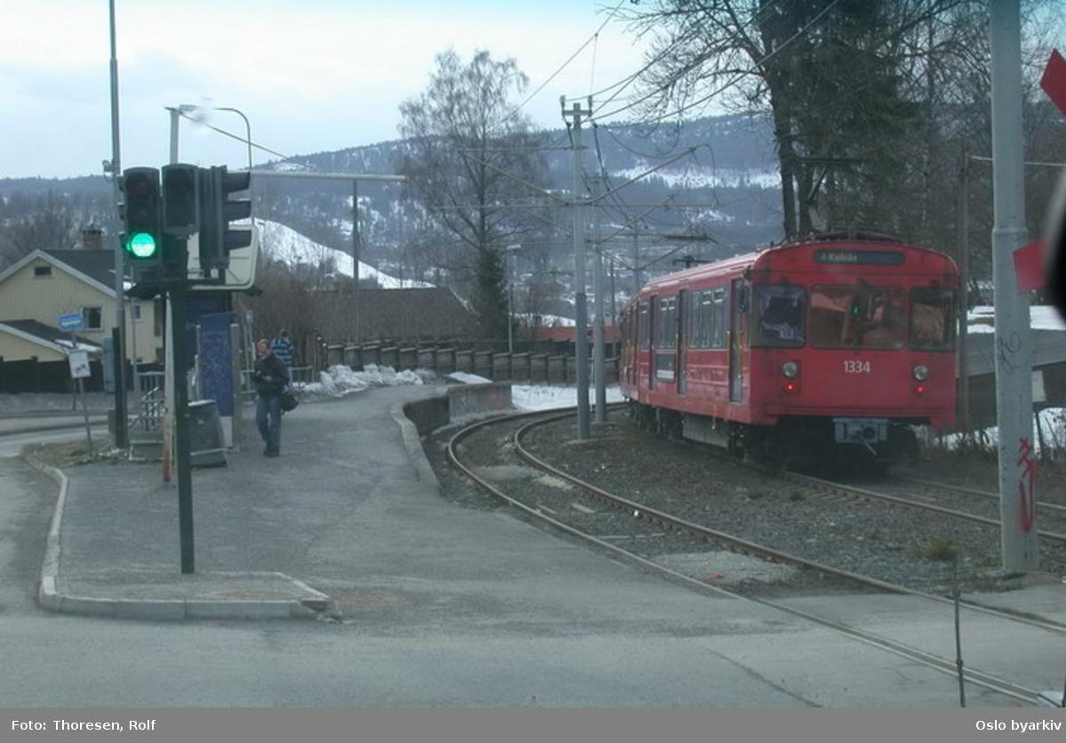 Oslo Sporveier. Kolsåsbanen. T-banevogn 1334, serie T7, på linje 4 til Kolsås, her passert Gjettum stasjon.