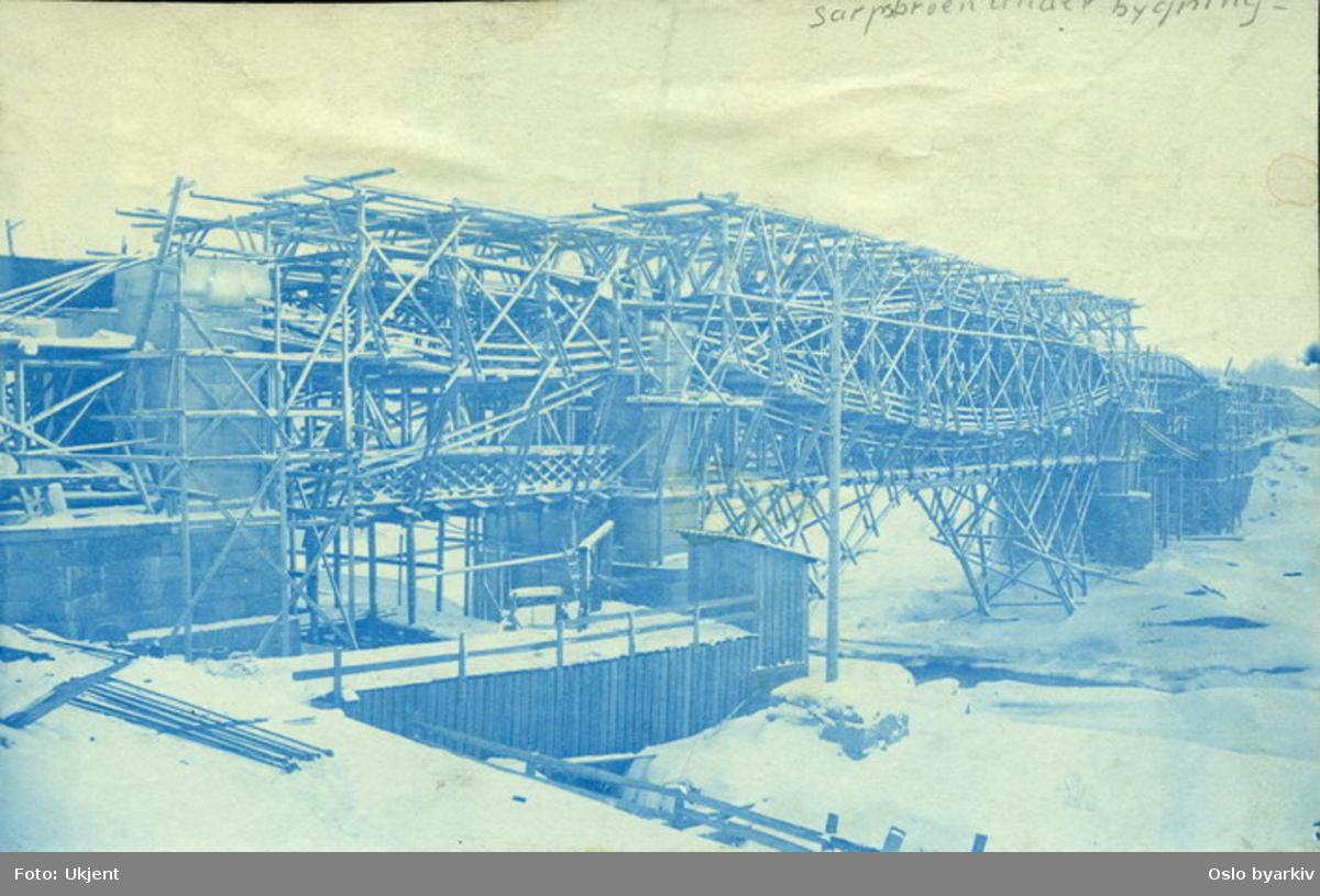"""Bygging av brokonstruksjoner. Stillaser. Fra boks med påskriften """"Veianlæg""""."""