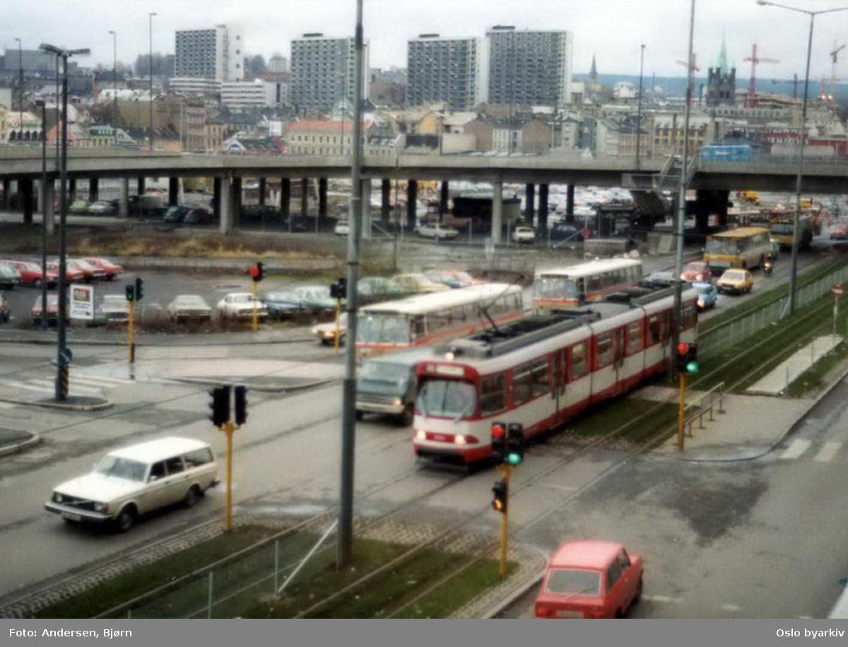 Oslo Sporveier. Trikk motorvogn 3052 type GT8S linje 9 i Biskop Gunnerus' gate. Denne vogna ble lånt av Oslo Sporveier 1977-78 for å evaluere om en moderne sporvognstype kunne brukes i Oslo. Vogna var innleid fra Düsseldorf i perioden november 1977 til februar 1978.