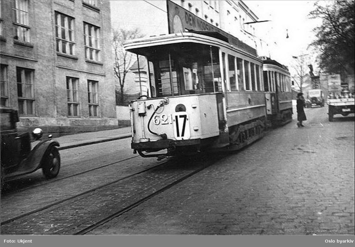 Oslo Sporveier. Trikk tilhenger 621 type HaWa linje 17 ved Sofienberg skole. Sporveiens tårnbil i aksjon lengre opp. Bildet skal være tatt for å illustrere hvor stor trafikk det var forbi skolen.