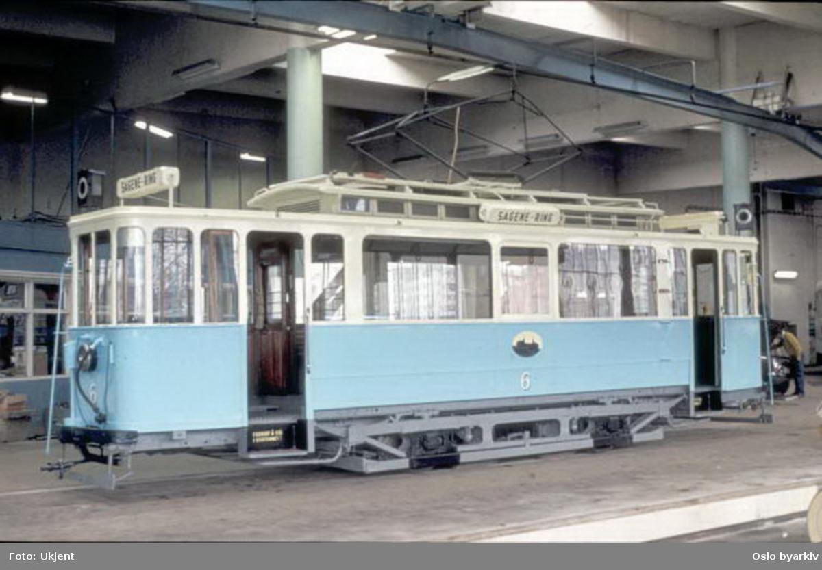 Oslo Sporveier. Veterantrikk, motorvogn 6 (fra 1899, ombygget 1918) type AEG (kalt Union-vogn) i Grefsen vognhall. Her brukt i forbindelse med LTFs 10 års jubileum, på utflukt. Utrangert for passasjertrafikk 1961, står idag på Sporveismuseet.