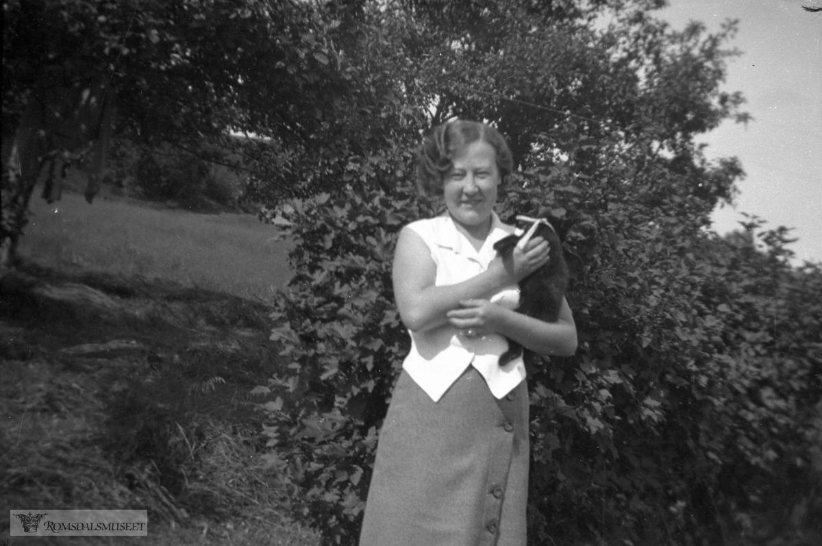 Astrid Astad f.Hagen søster til Ingeborg Hagen g.Ulleland..(Bilder fra konvolutt merket 1934)