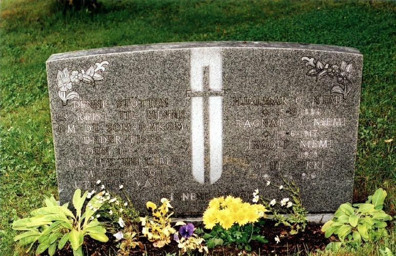 Minnesmerket er formet som en gravstein.