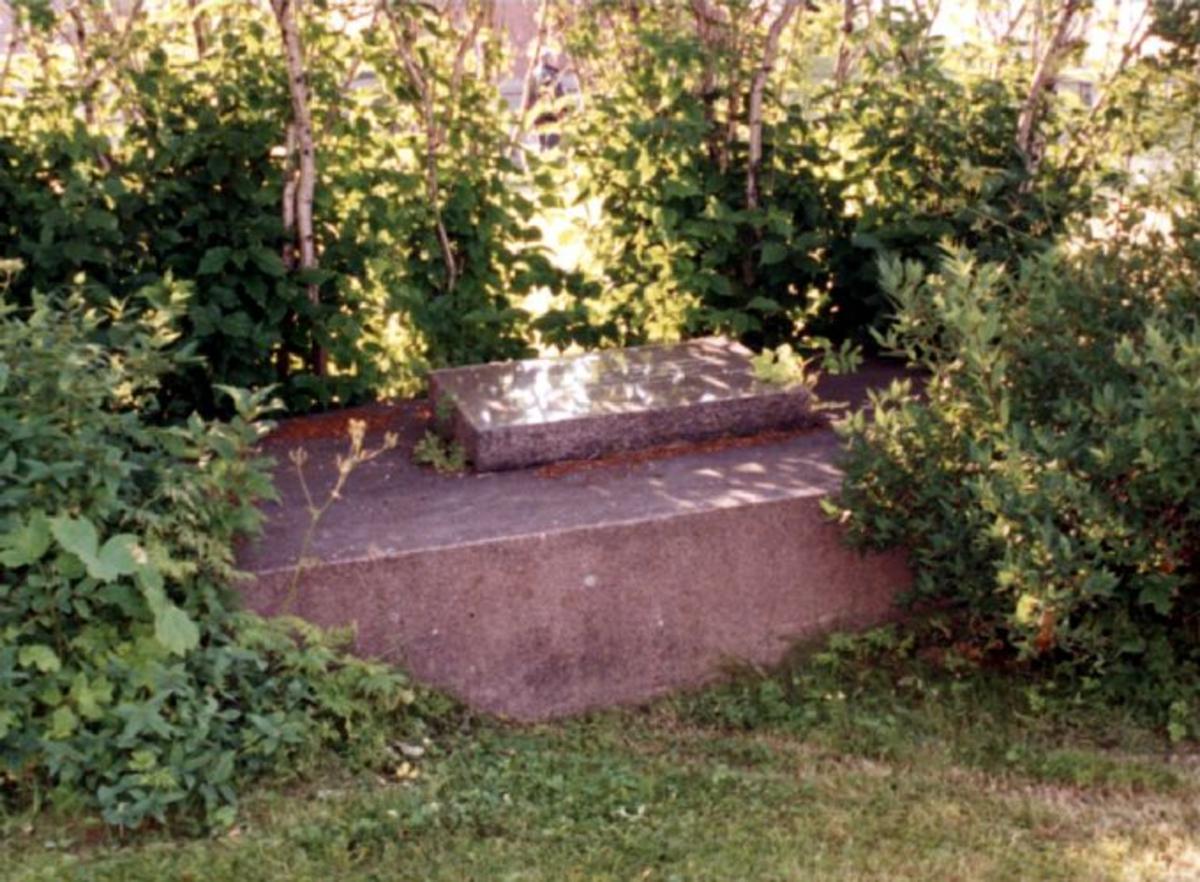 Steinmonument liggende på graven 2.40x2.60m og 60 cm høy. Skriftplata i stin er 1 x 0,8m
