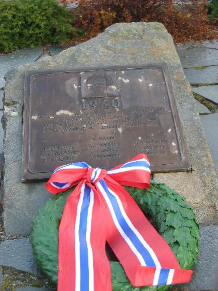 Kjøreanvisning: Står ved vakten til Ulven leir . Denne minneplate er satt opp ved bautaen som markerer 1905 steinen- til venstre for den.
