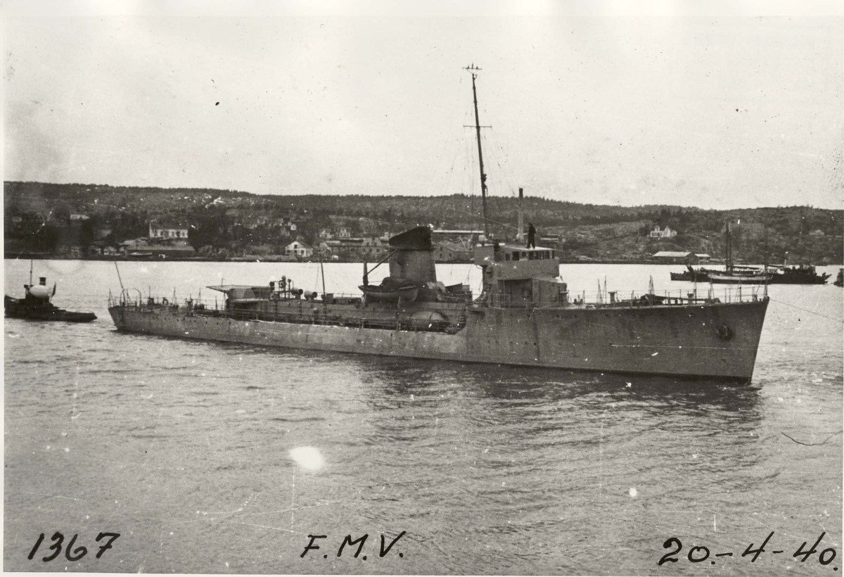 Motiv: Jageren Tor - styrbord side - etter at den er tatt opp etter senkingen den 9 april 1940.