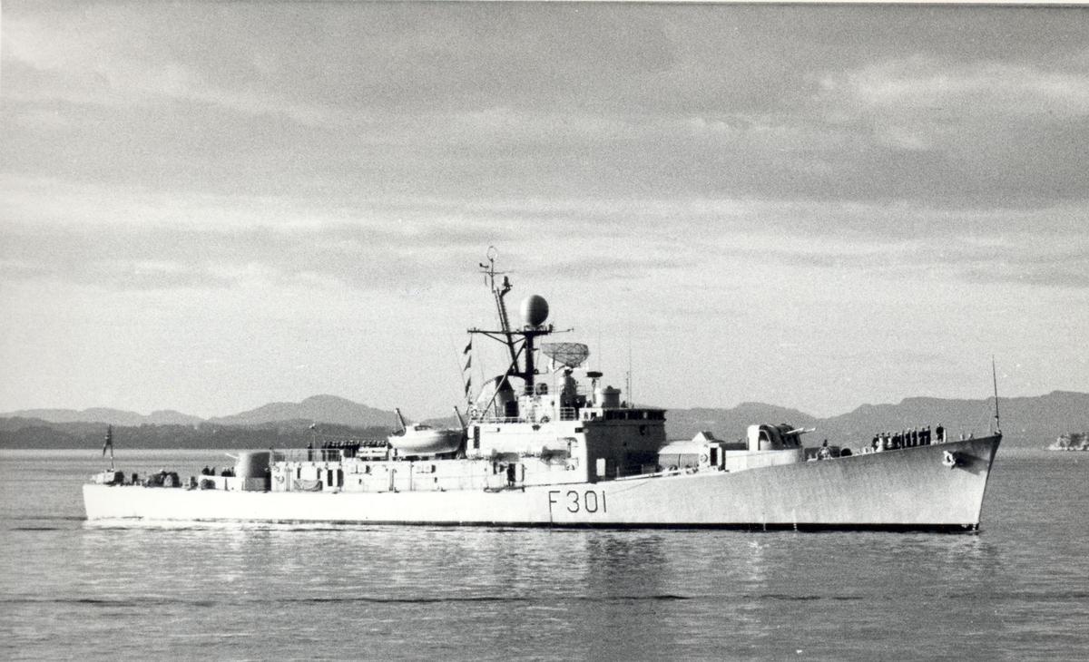 """Oslo-kl.fregatt KNM """"Bergen"""" på  besøk i hjembyen, 22.09.1975.  St.bord bredside."""