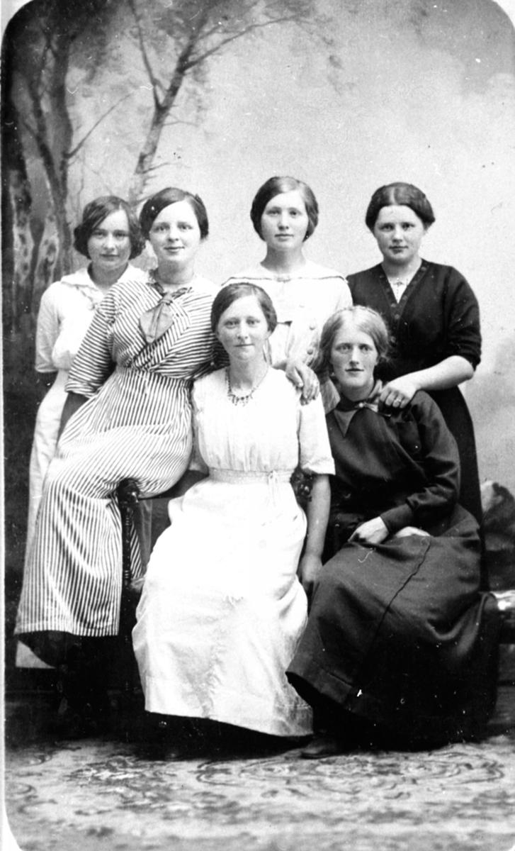 6 unge jenter. Helene Storlien gift Hauger nummer 3 fra venstre. Ringsaker.