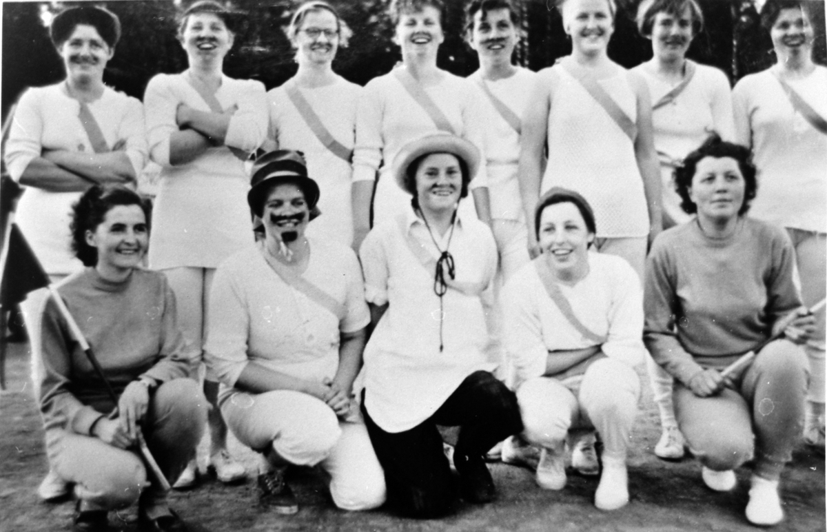 Furu foreldrelag, damelaget, Aslasletta, Veldre. Foran fra venstre er Aud (Nyhus) Haugen, Reidun Ødegård, Eva (Olsen) Rustadbakken, Oddlaug (Nilsen) Larsen og Reidun Syvertsen. Bak fra venstre er Signe Bakken, Jorunn Kristiansen, Olaug Kåshagen, Inger (Olafsen) Solberg, Gerd Hegnes, Kari Strøm, Karin Megaard og Lise Edvardsen.
