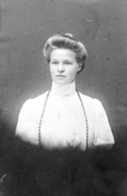 PORTRETT: HELENE HANSEN FØDT: PALERUD 1887, MELLEM PALERUD