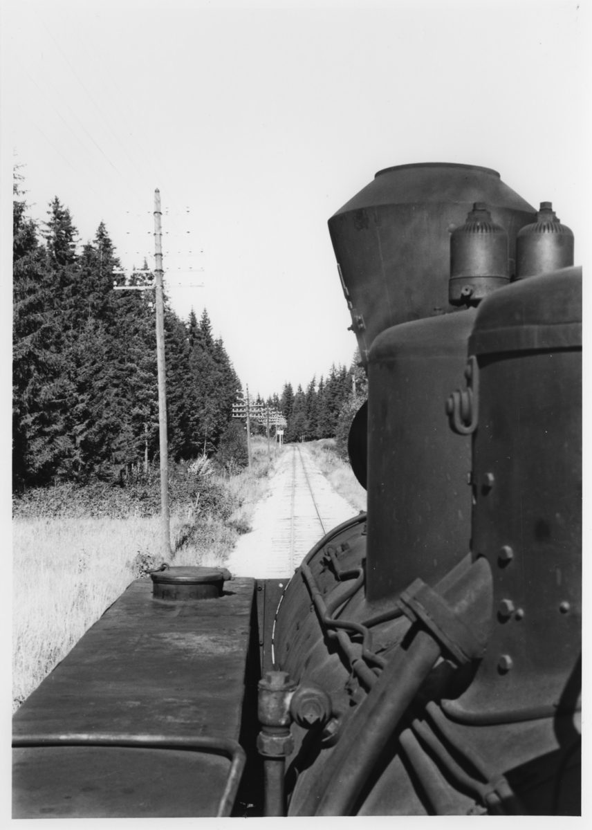Lok 4 Setskogen underveis med tog retning Skulerud. Utsikt fra fyrbøterplassen på lokomotivet.