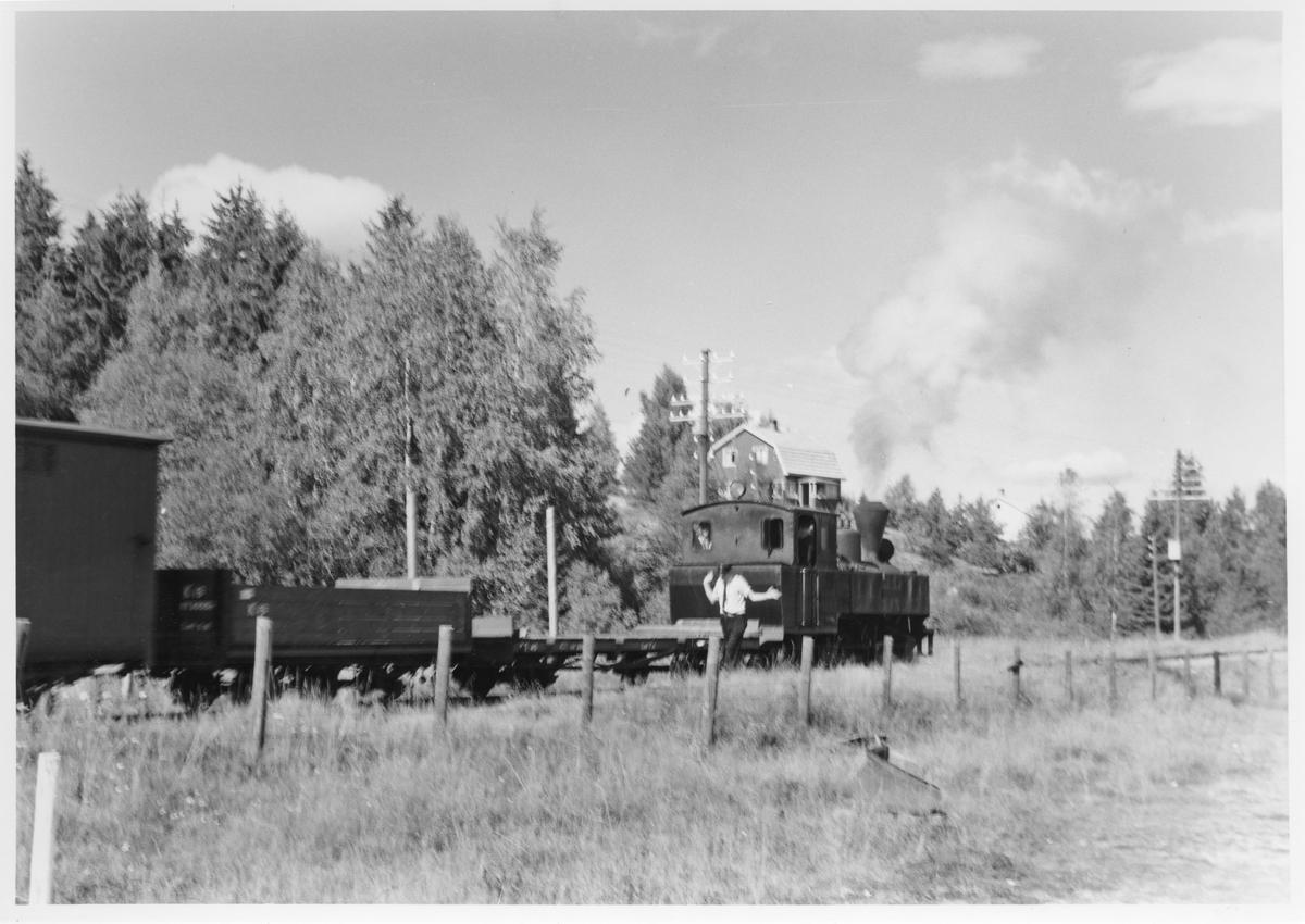 Lok 4 Setskogen skifter på Fosser stasjon.