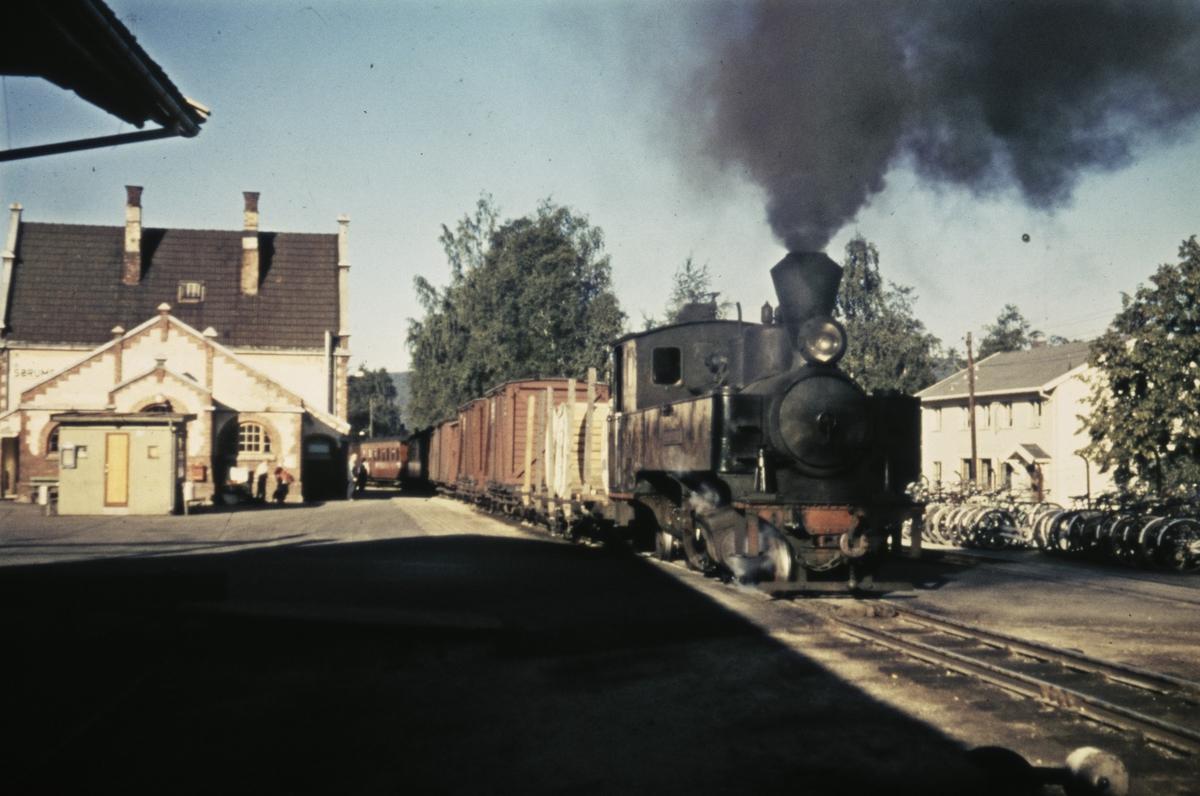 Tog 2051 til Skulerud skiftes sammen på Sørumsand stasjon.