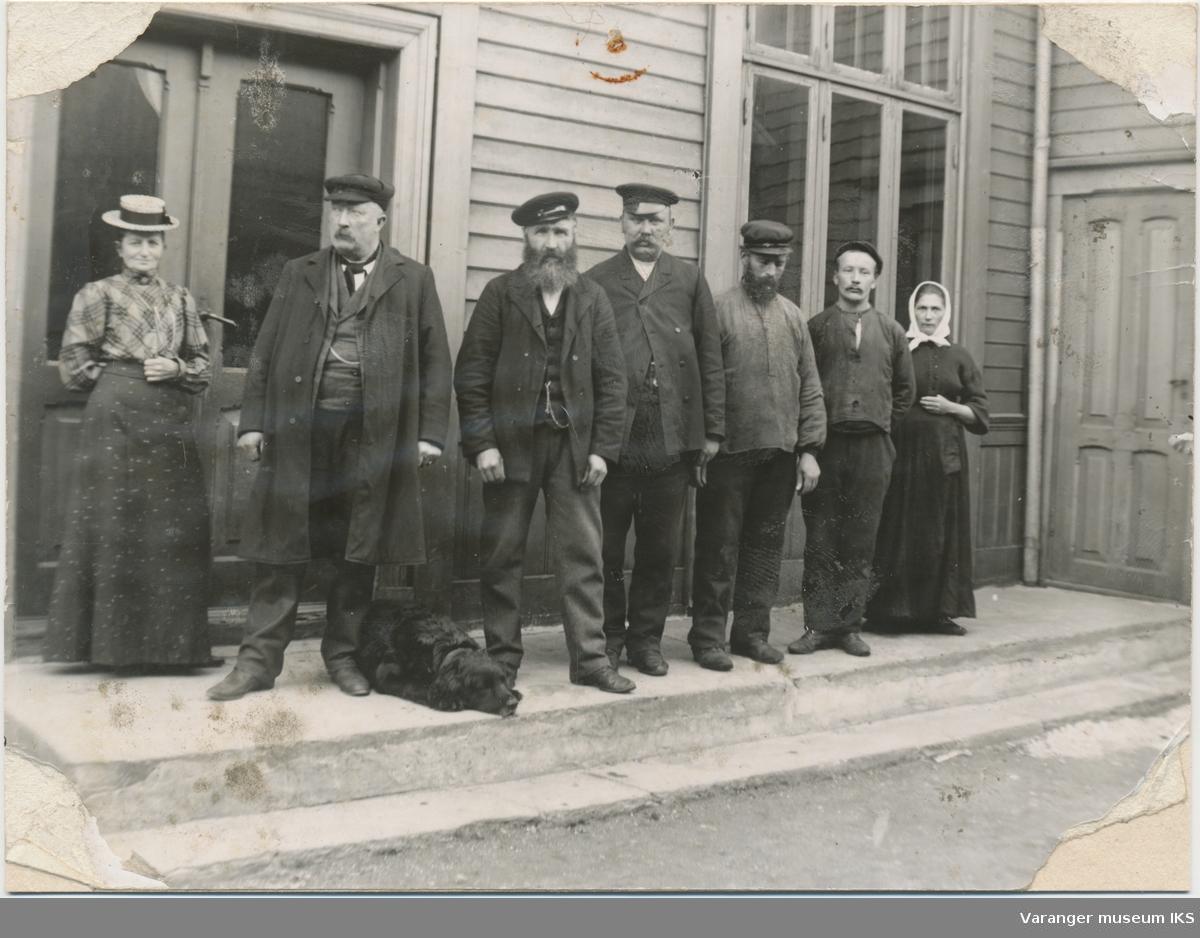 Sju personer foran Vardøs gamle rådhus