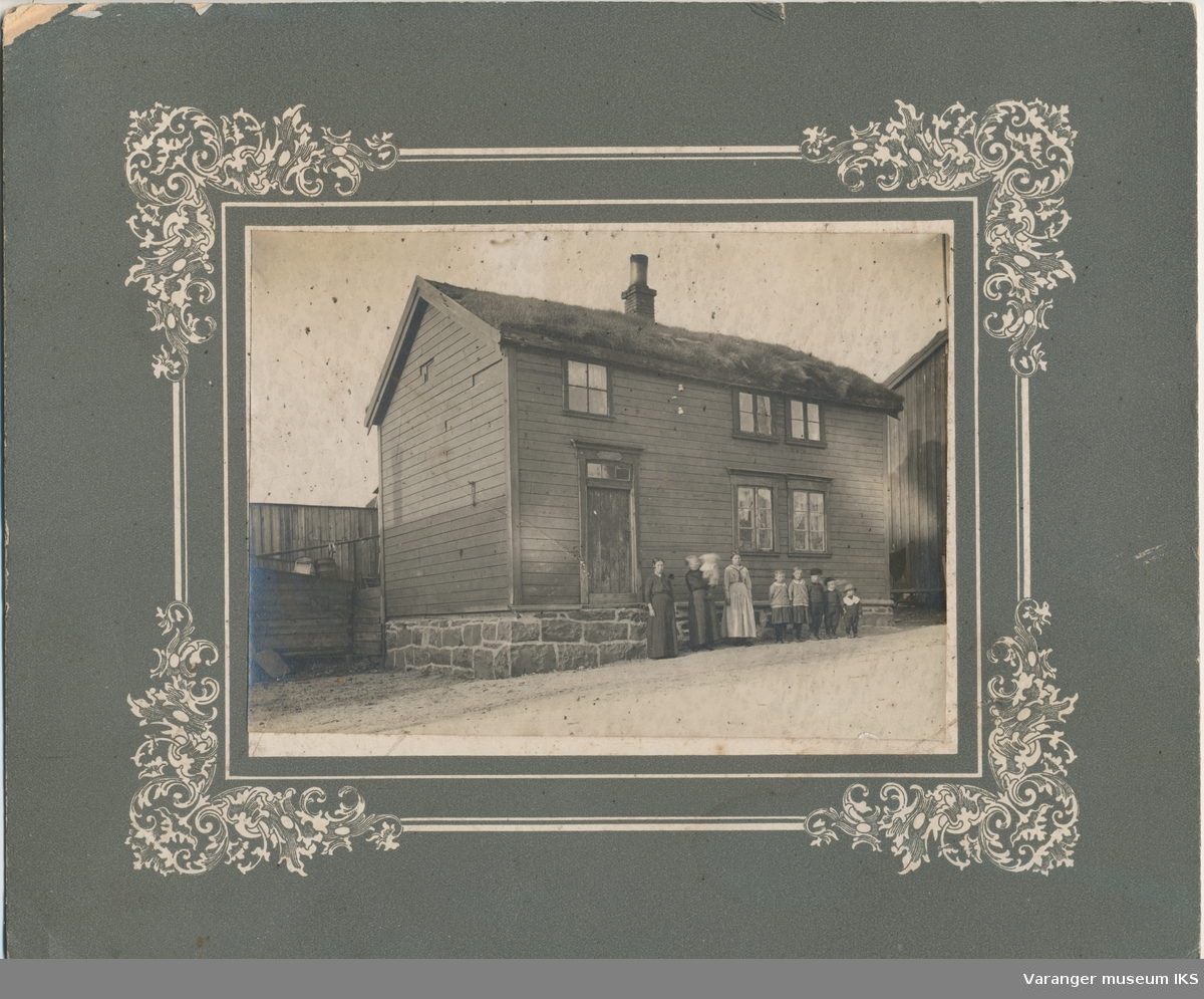 Familie foran hus i Tandberggata, ca. 1915