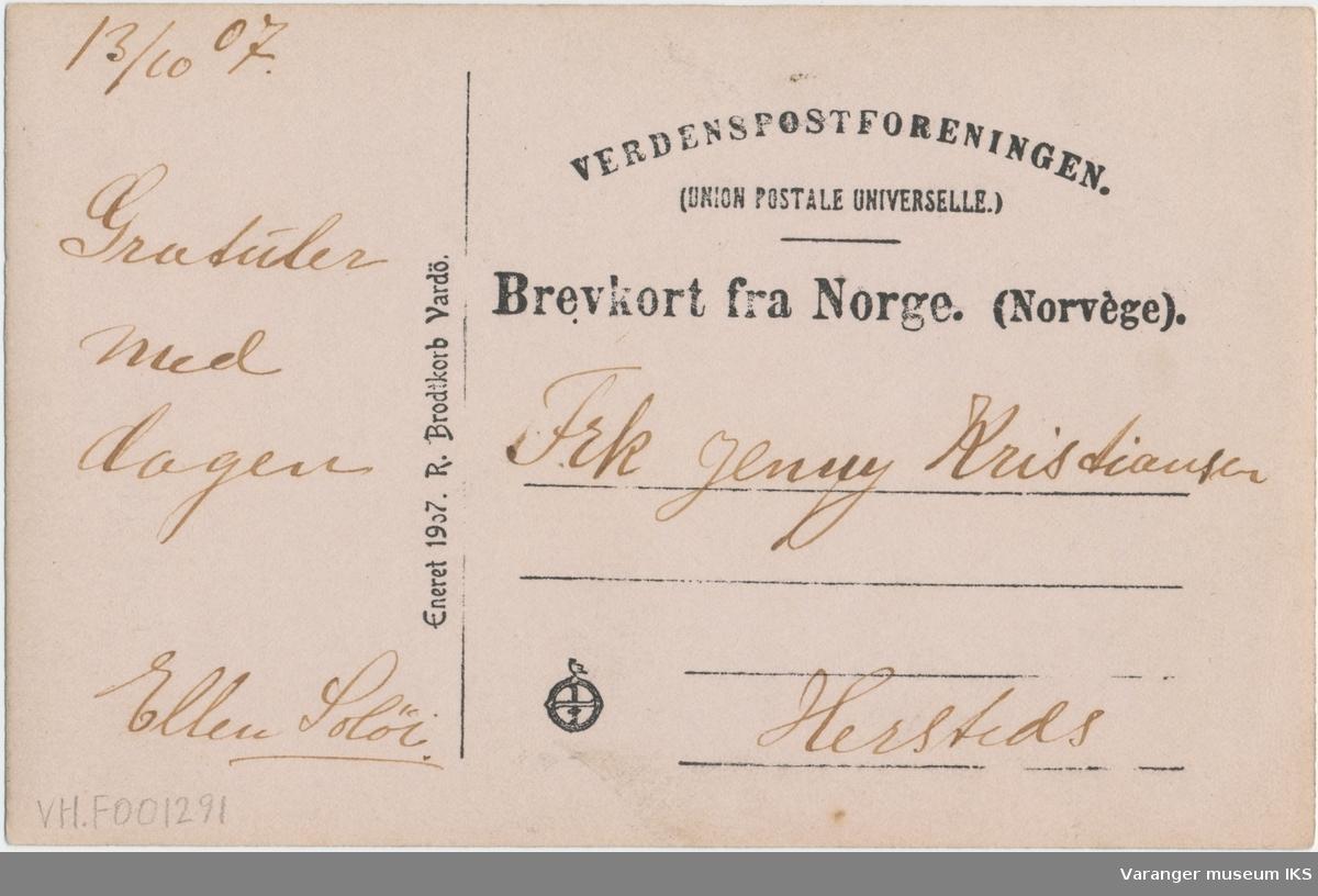 Postkort, kongebesøk i Vardø, folkemengde i Kristian IVs Strede, sett mot nord, 1907