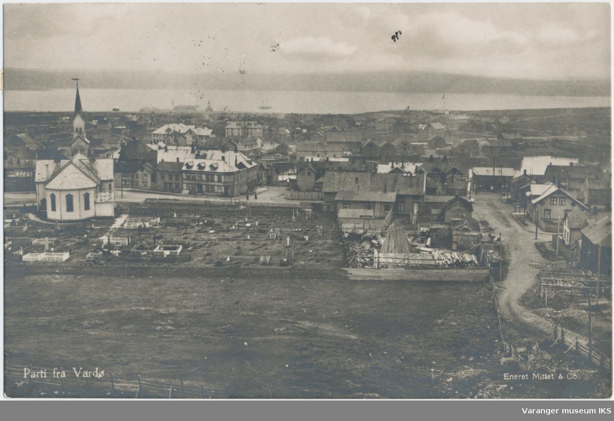 Postkort, byprospekt av Vardø sentrum og Nordre Våg, kirken og kirkegården i forgrunnen, sett fra Klondyke, stemplet 1923