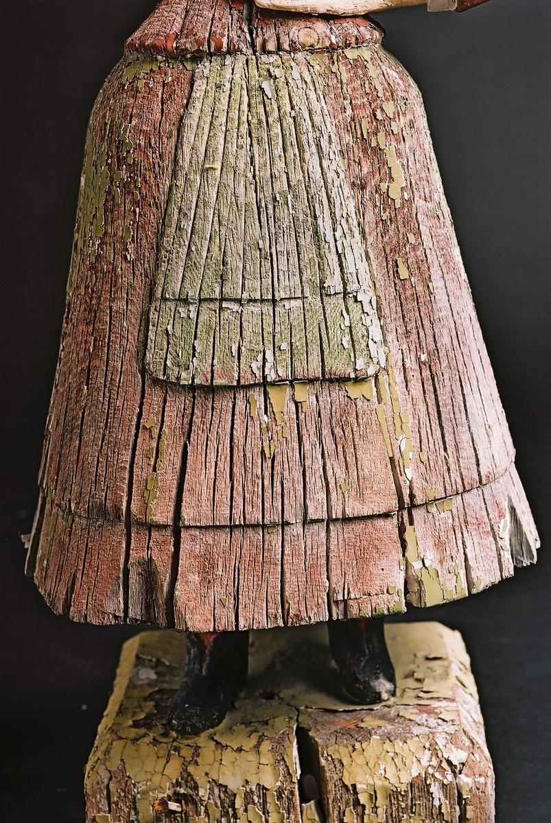 "Trefigur skåret av Håkon Moseng f. 1846 ""Putt-Anne fra Os"" Hjort Engan, Lensmannsgården i Tolga. Før restaurering på Bevaringsavdelingen Hedmarksmuseet.  Opplysninger se ""årbok for Nord-Østerdal i 2006"""