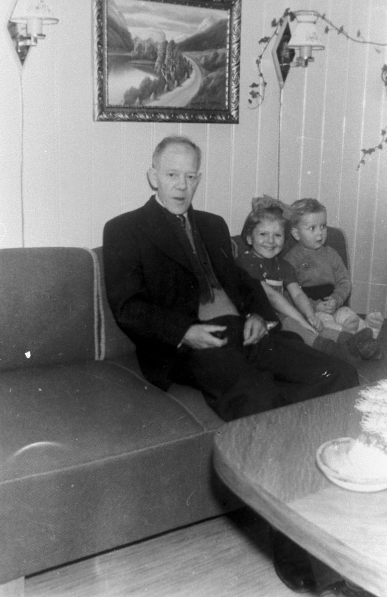 Gruppebilete,  Johannes Halsteinsen, Lillian og Jan Otto Ludvigsen, stove, Ottomansofa, Folgefonngata 11