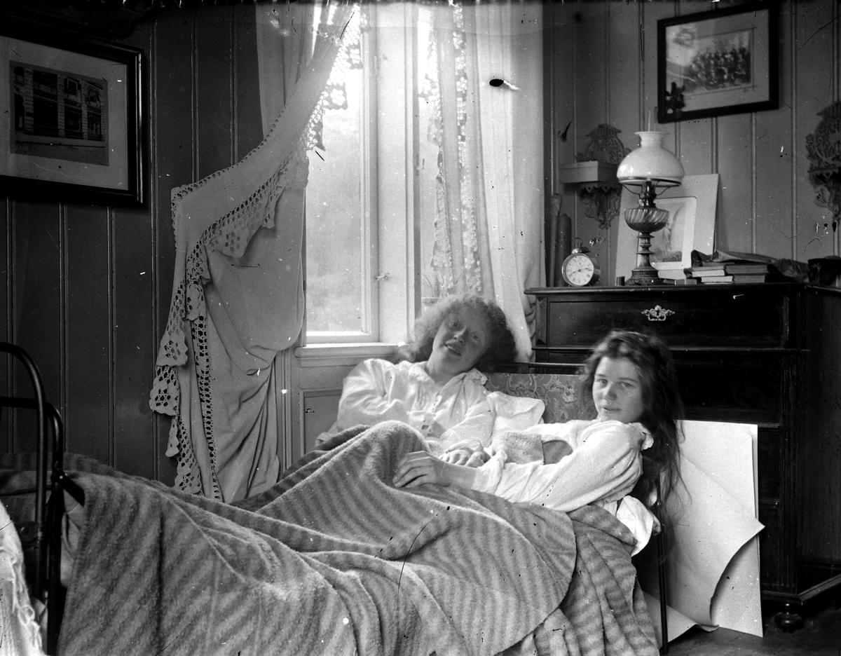 To jenter i seng