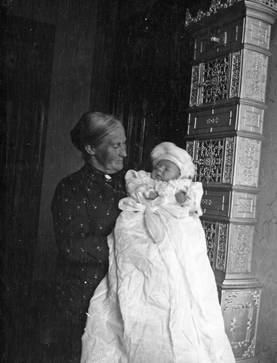 Eldre dame med dåpsbarn