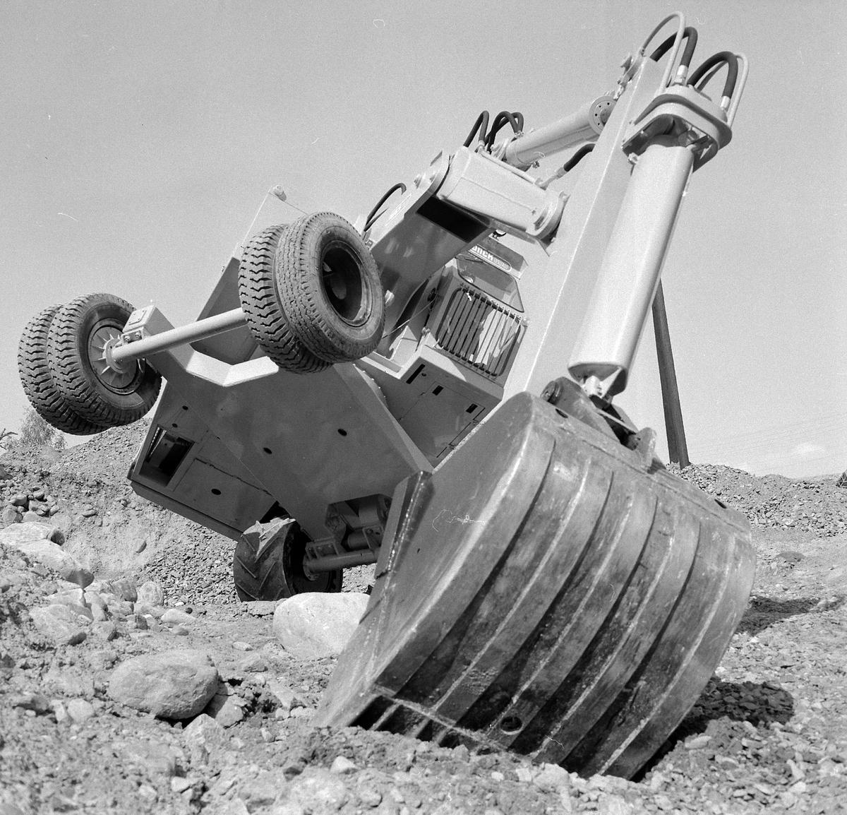 Munch gravemaskin med samme type understell som Brøyt. Forflytting hovedsakelig ved hjelp av grabben. Men Munch hadde drift på jernhjulene i motsetning til brøyt, funksjonevnen var ikke stor på en stiv aksel.