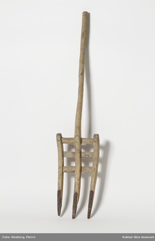 KLM 7638. Grep. Av trä med järnskodda gaffelspetsar förenade med tvärslåar.
