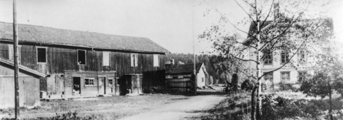 Brandt-låven til v. Eidsvoll Hotell til høyre.