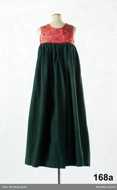 Livkjol av grönt kläde med ett kort liv av rödrosa siden med silkebroderier som ersätter det ursprungliga slitna livet litt.b. som sprättats bort i museet. /Berit Eldvik 2010-04-19