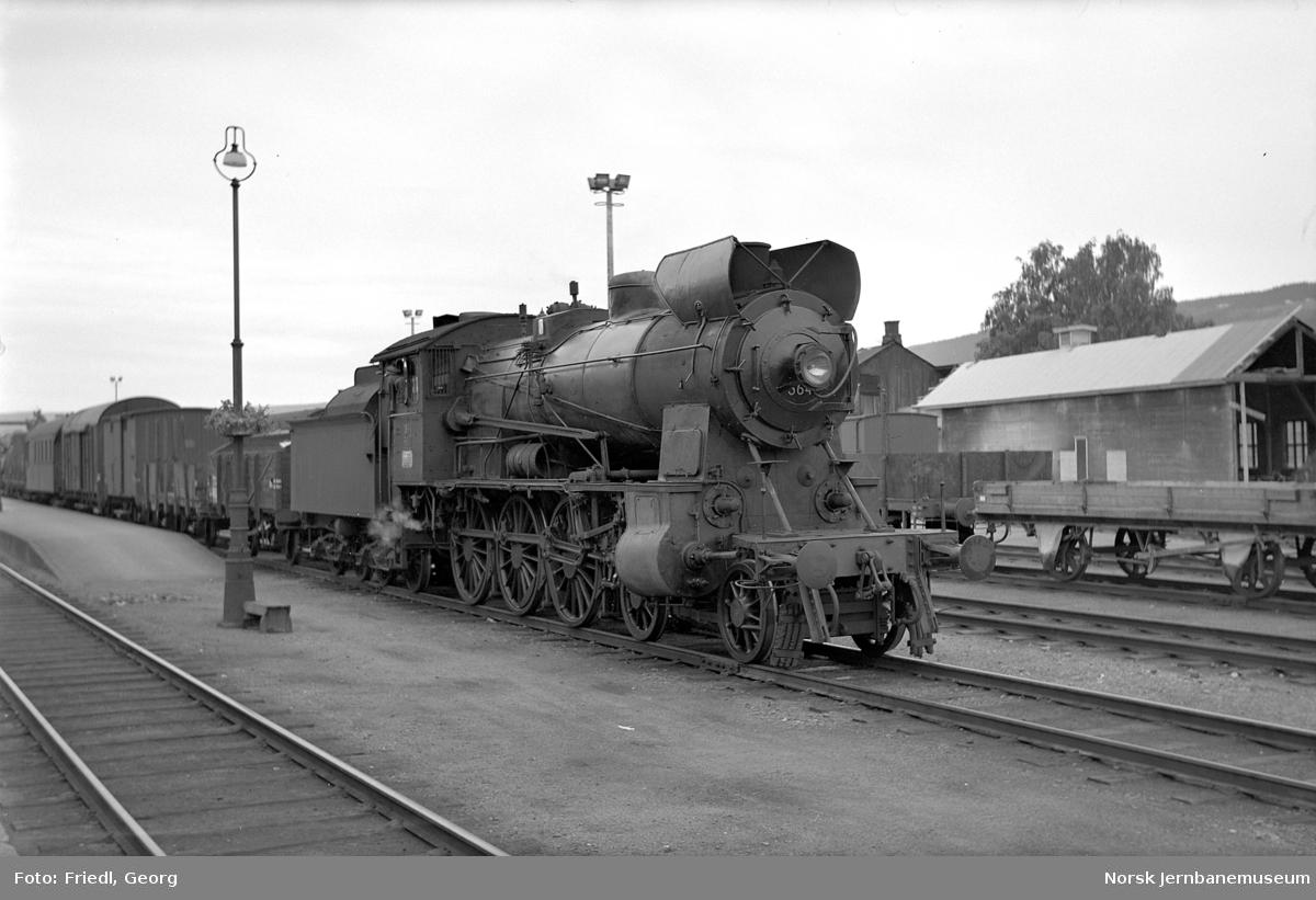 Damplokomotiv type 30b nf. 364 med godstog til Otta på Lillehammer stasjon