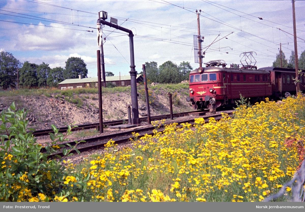 Elektrisk lokomotiv type El 11 nr. 2111 foran persontog på Vikersund stasjon