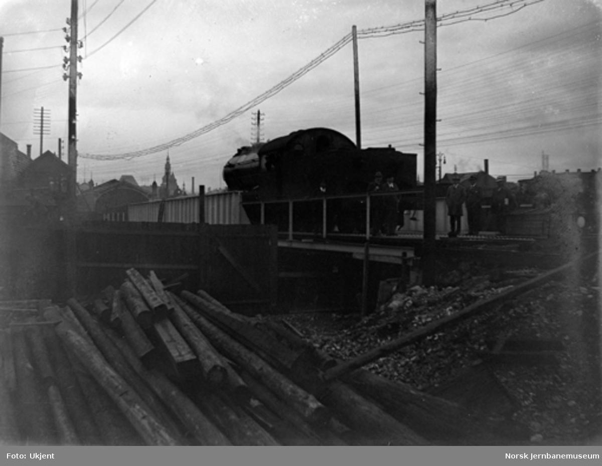 Prøvebelastning av ny bru over Akerselva med damplokomotiv litra A