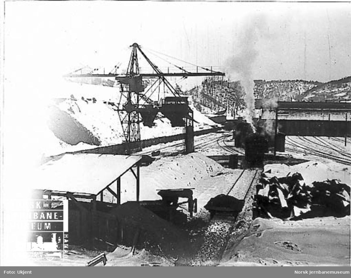 Vinterbilde fra Lodalen med kullanleggene og i bakgrunnen lokomotivstallen