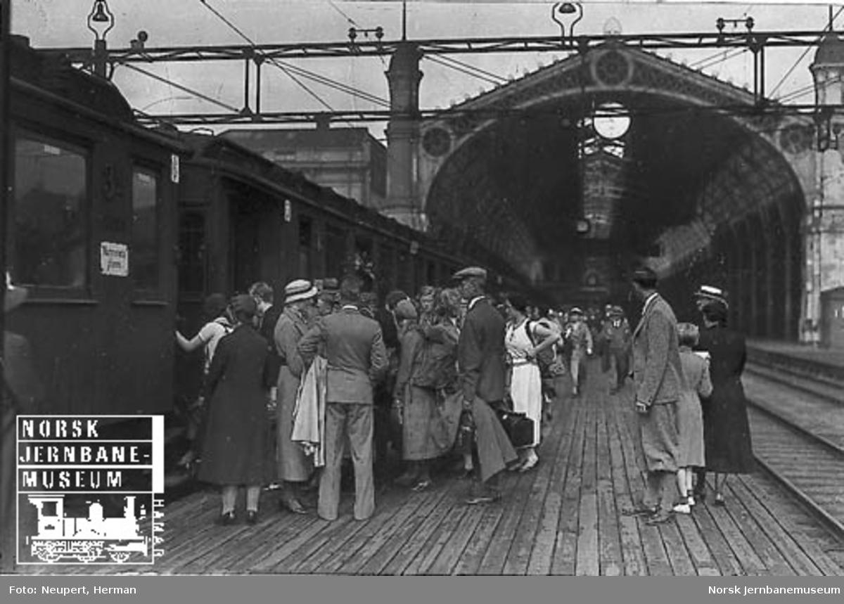 Reisende stiger ombord på et persontog på Østbanen