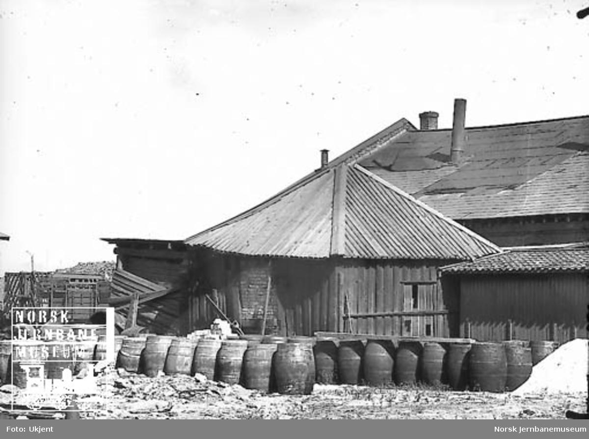 Fra området ved Hovedbanens verksted : materialopplag i improviserte hytter og under åpen himmel