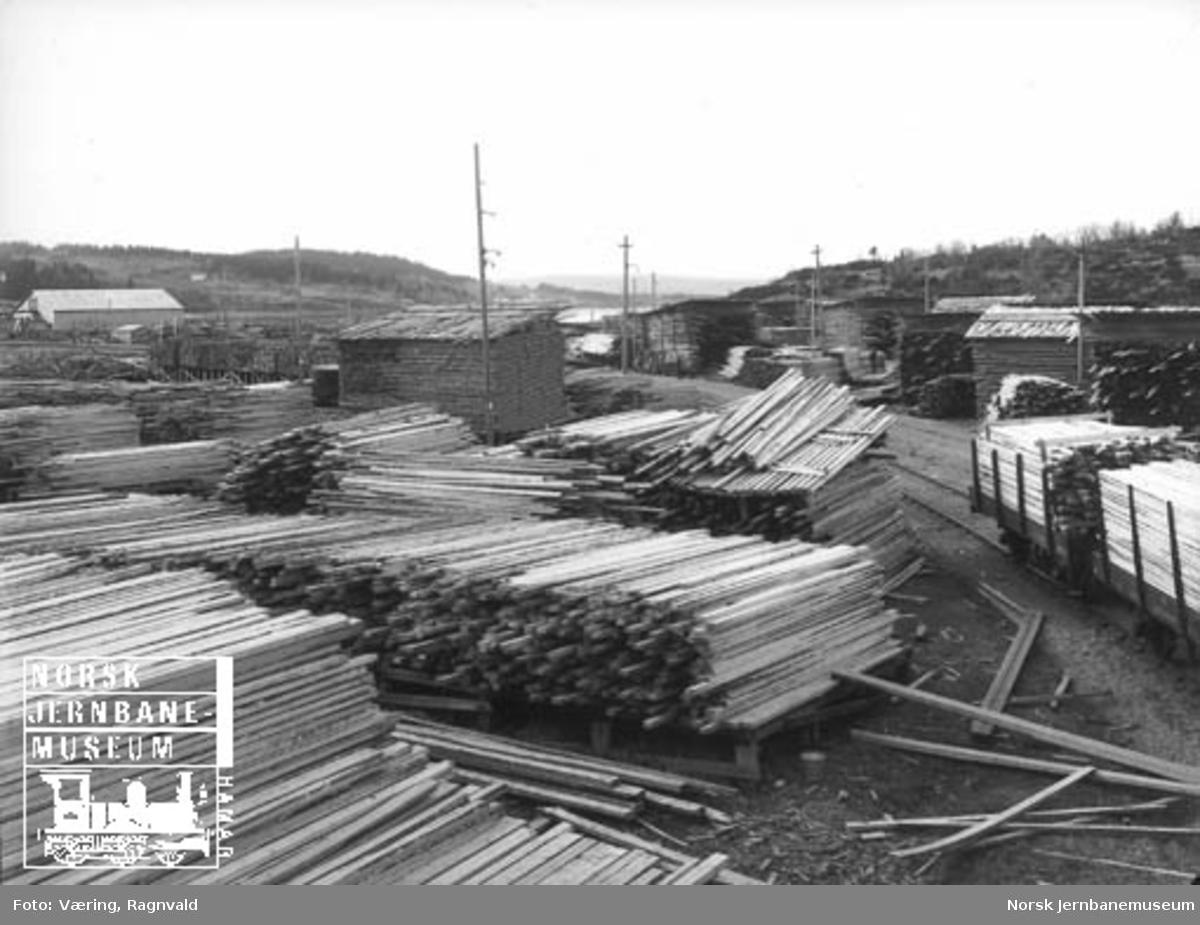 Trelastlager og opplastede stakevogner på et sidespor på Levanger stasjon