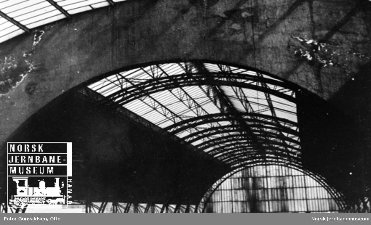 Detaljbilde av taket i toghallen på Bergen stasjon