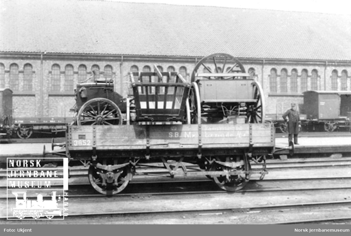 Smaalensbanens vogn litra M nr. 3852 lastet med artillerimateriell; pakkvogn og ammunisjonsvogn. Litra G og N i bakgrunnen