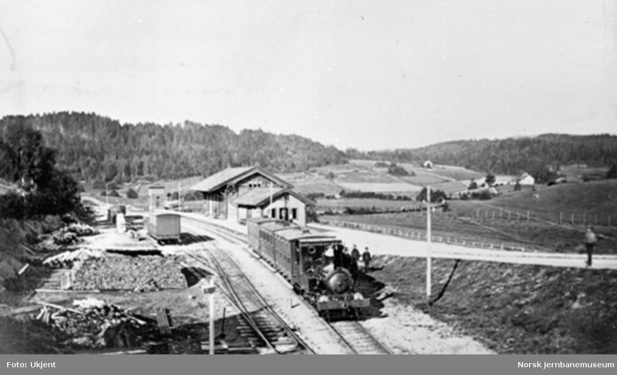 Asker stasjon med persontog trukket av damplokomotiv type IV